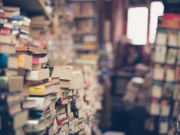 vieux livres à jeter à  la poubelle.